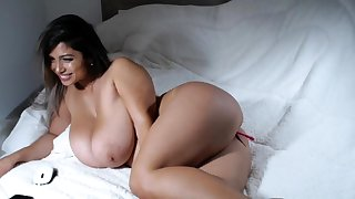 Big bbw latin fingering the brush cunt hard for the show