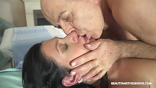 Hot doctor fucks her much doyenne patient on tap work and she's so unfortunate